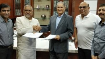 Anil-Madhok-centre-during-the-signing  Sarovar Hotels  Leading chain of hotels in India