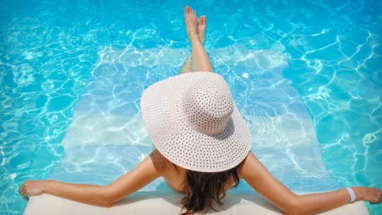 woman in a big white hat lounching in the pool-578d4c7edeff2-650x430