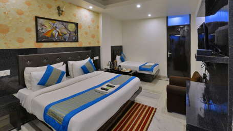 Super Deluxe Room atHotel Noida International 3