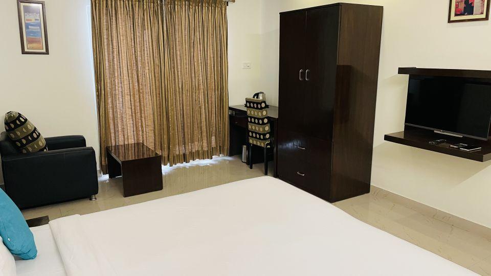 Deluxe Queen Room with Balcony1