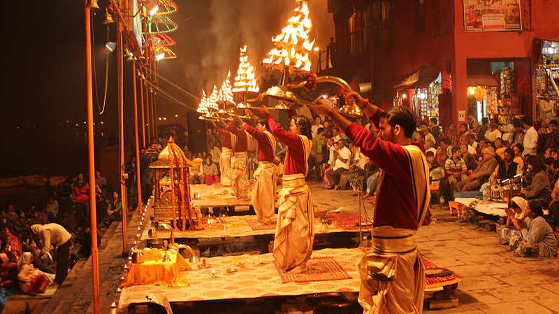 800px-Evening Ganga Aarti at Dashashwamedh Ghat