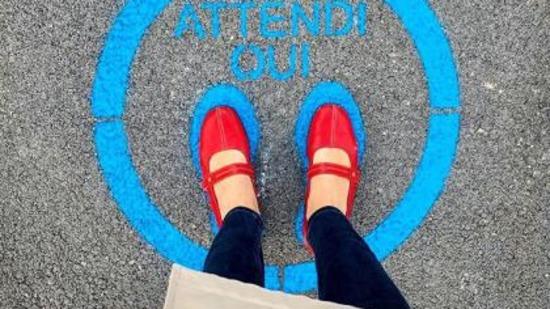 1588156773314.jpg--policlinico bari  stencil sull asfalto per il distanziamento sociale
