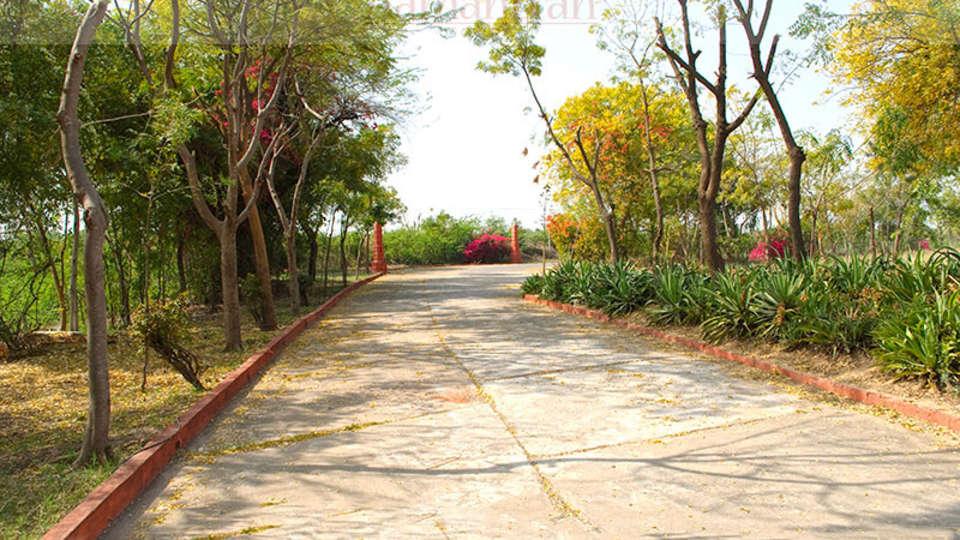 Umaid Lake Palace Dausa  Approach Parking