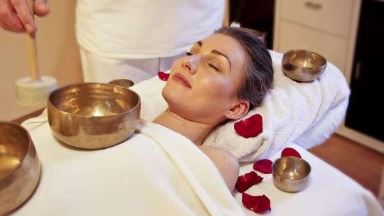 wellness-massage-sound-massage-singing-bowl-massage