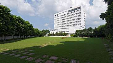 hotel rooms in Lucknow, Main Lawn at Club Room at Clarks Avadh, hotel near gomti river in Lucknow, Luknow Hotel