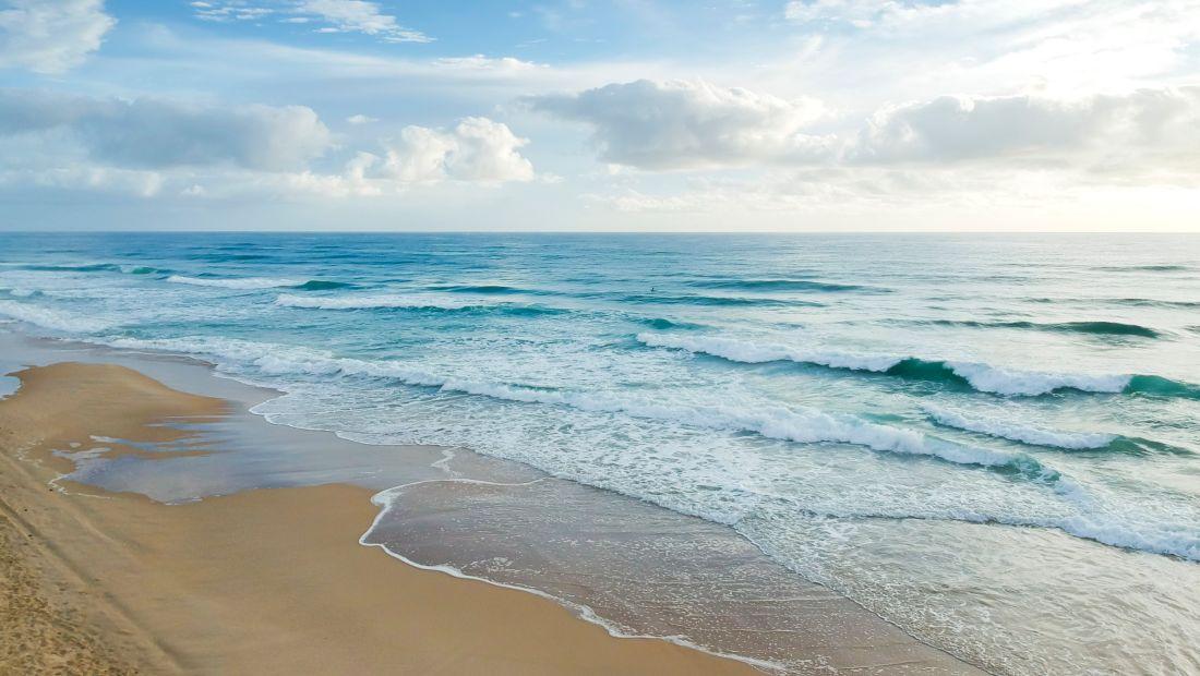 beach-under-blue-and-white-sky-1835718