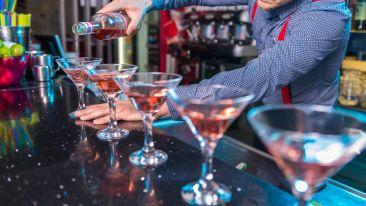 photo-of-man-pouring-liqueur-on-glass-2919731 nfsuis