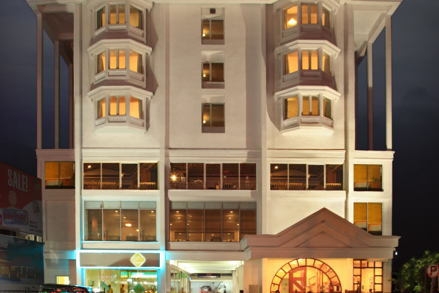 alt-text 010 - Plaza Exterior