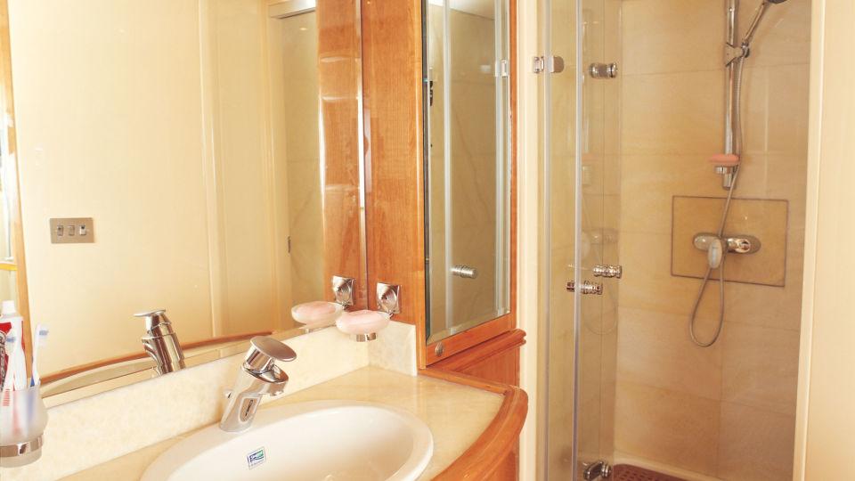 owners-bath-final Foxy Lady Foxy Lady Goa Hotel in Yacht in Goa