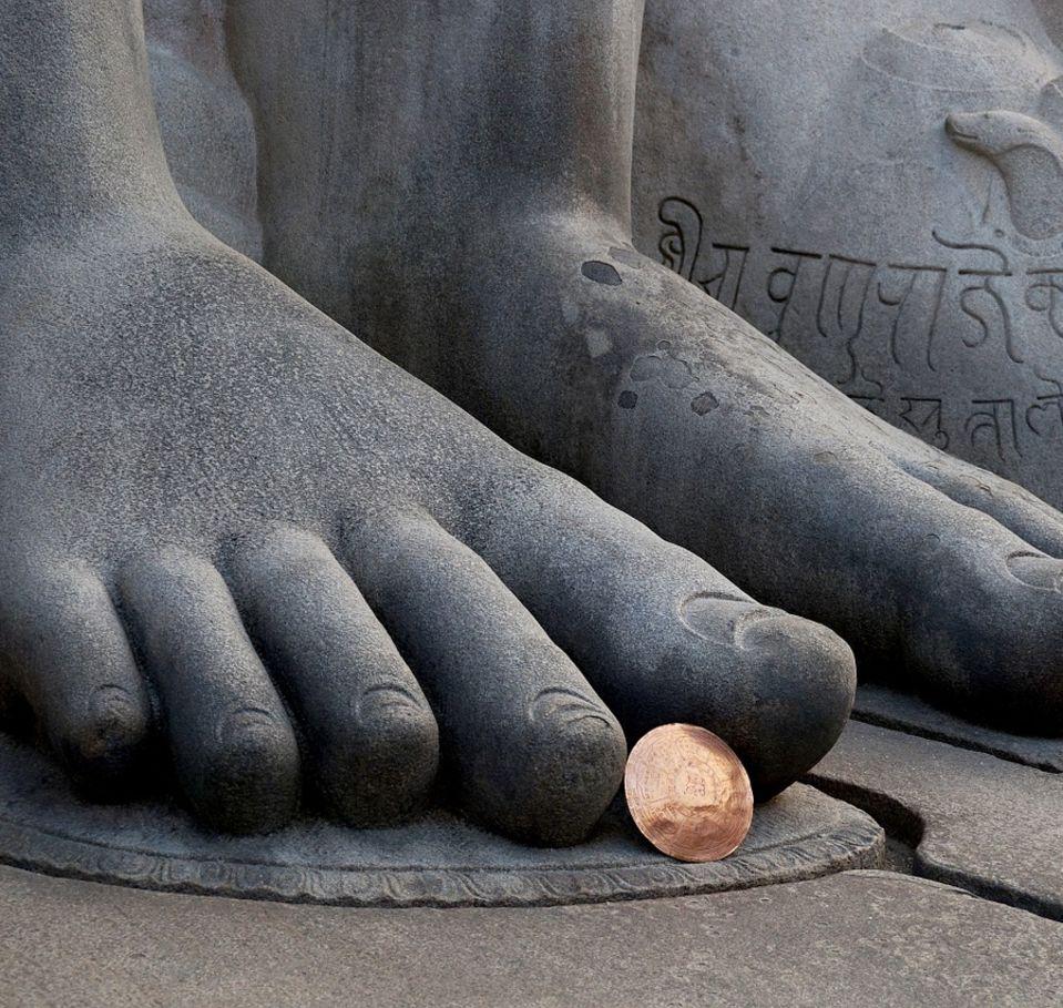 feet-of-bahubali-statue-Lord- Gomateshwara-Temple-Shravanabelagola