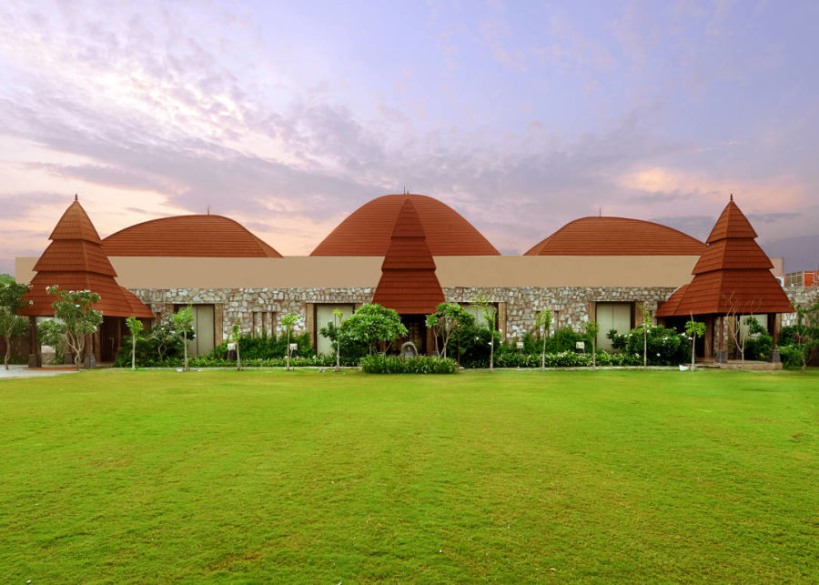 alt-text green lawn at one of the best resorts in Udaipur