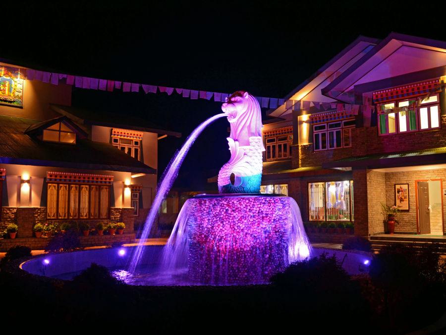 alt-text Fountain night