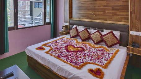 Hotel Vikrant Inn, Manali Manali FLOWERS BEDING Hotel Vikrant Inn Manali
