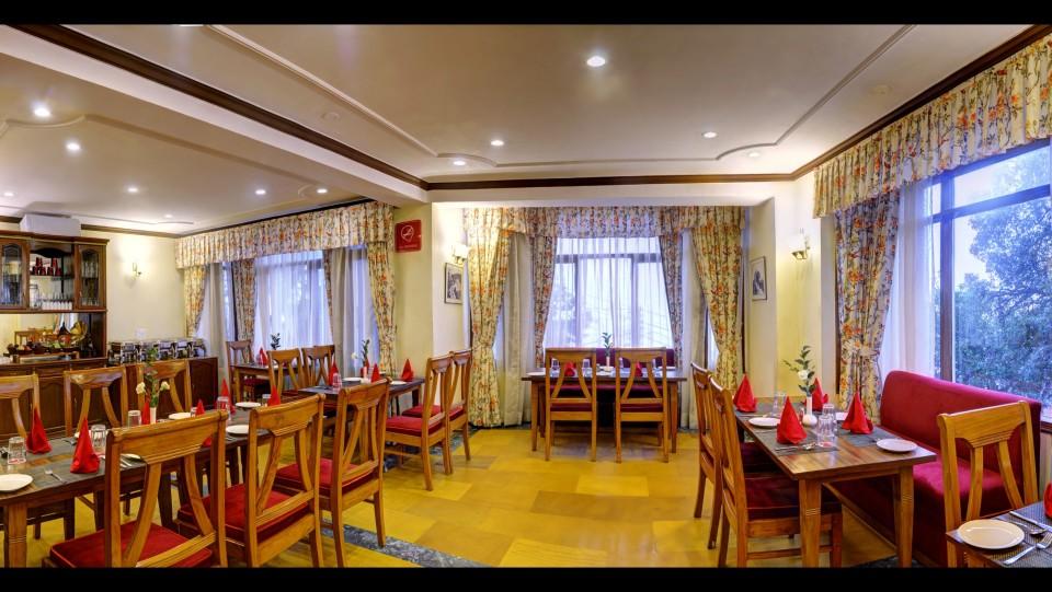 restaurant at Summit Le Royale Hotel Shimla 2