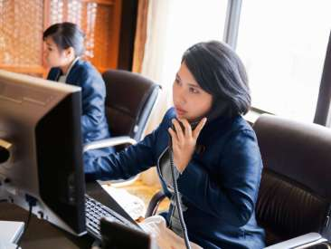 08-13-things-your-hotel-desk-clerk-wont-tell-you-phone-call-1024x682