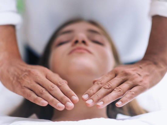 reiki-throat-chakra-healing-treatment-RL2SUHE eur5py