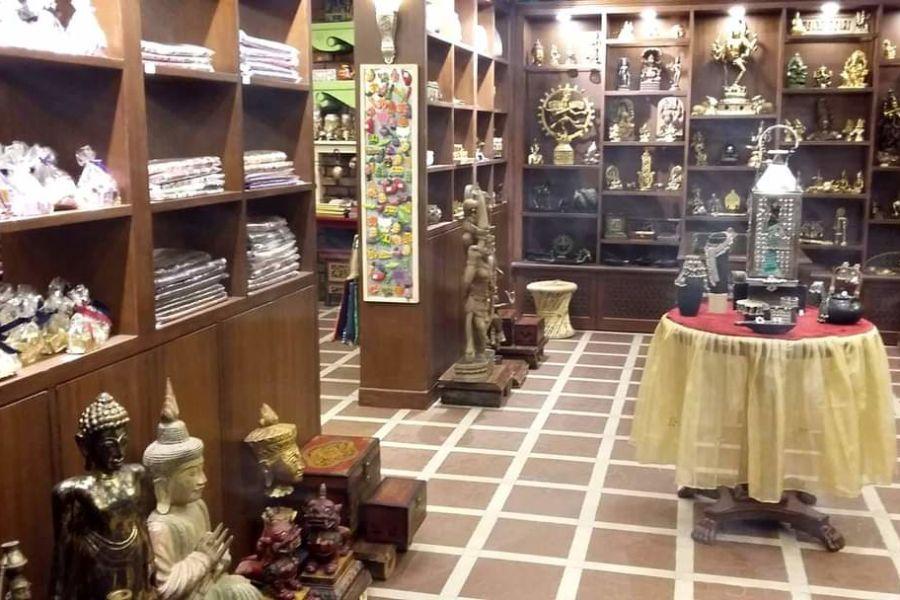 alt-text Mantra Art Shop at hotel mount view 4