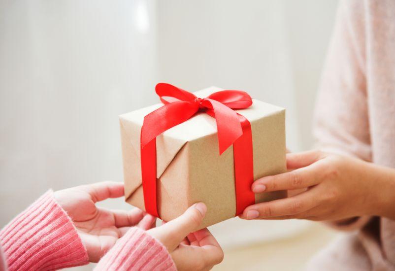 manfaat memberi kado, manfaat mengasih kado, manfaat memberikan hadiah, pentingnya memberi hadiah, manfaat memberi hadiah