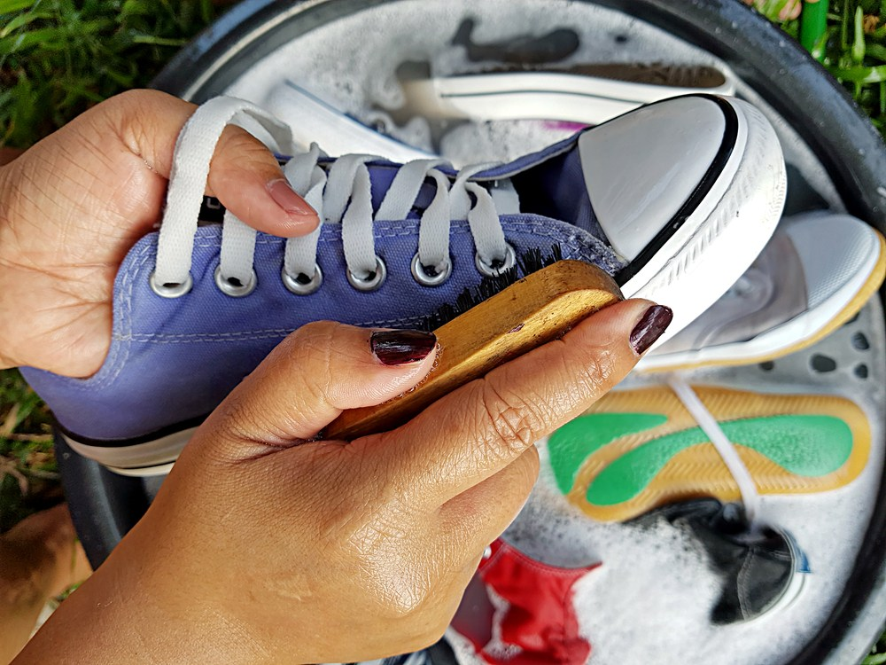 Sisternet - Jangan Keliru, Bedakan Mencuci Sepatu Berdasarkan Jenis Bahannya
