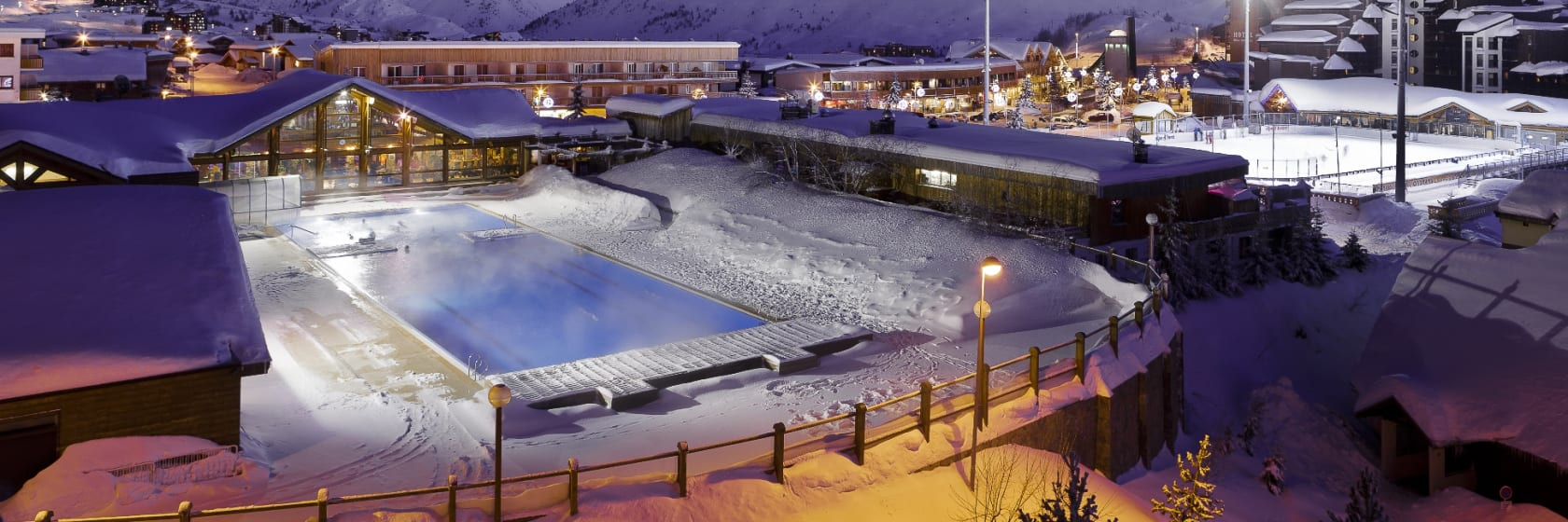 Udendørs skøjtebane om aftenen i Alpe d Huez