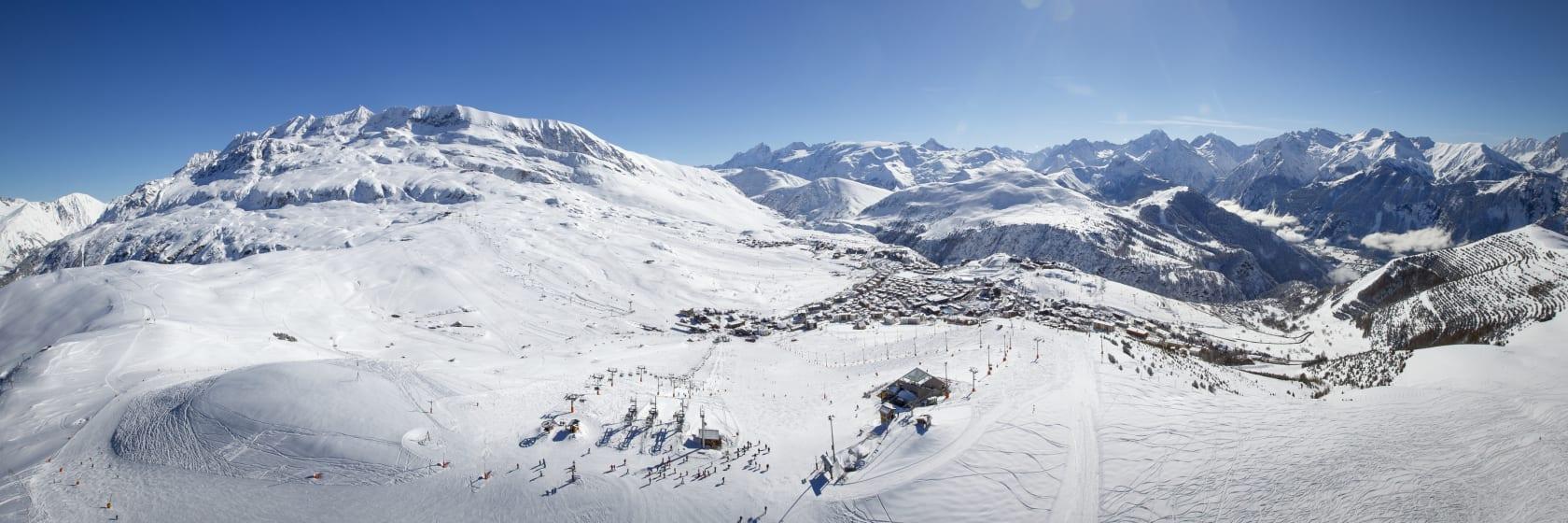 Solskin og blå himmel i skiområdet i Alpe d Huez