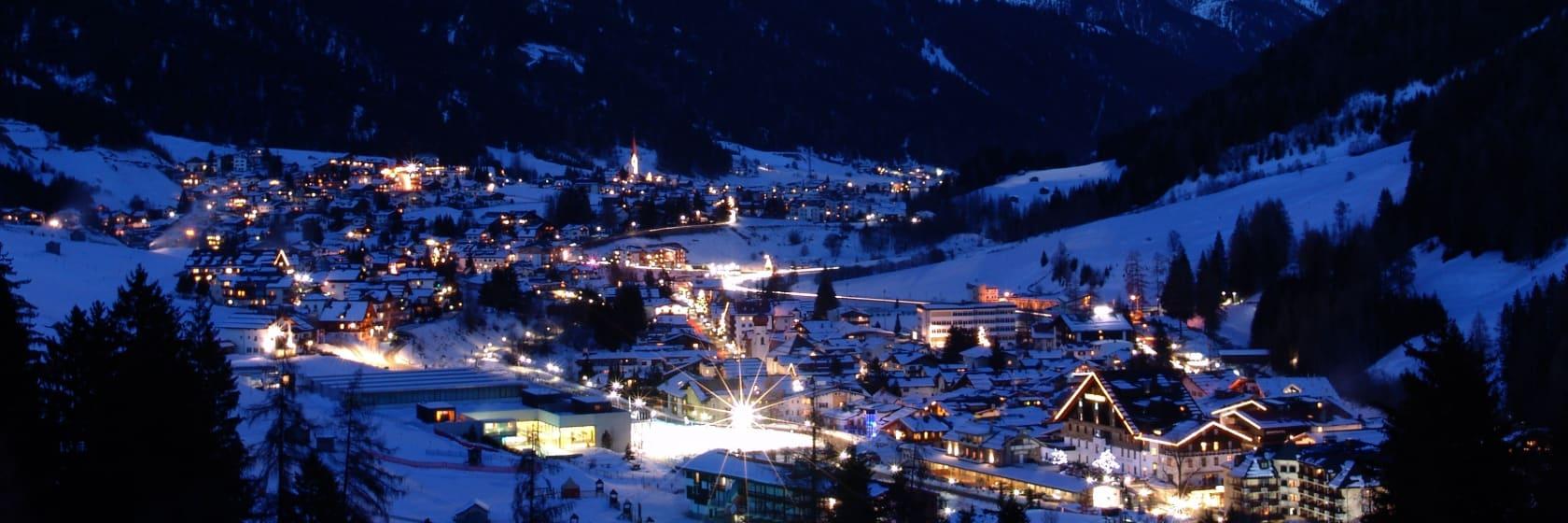 Skiby i bjergene om aftenen i Østrig
