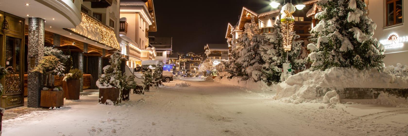 Hoteller på gade med sne aftenen i Østrig