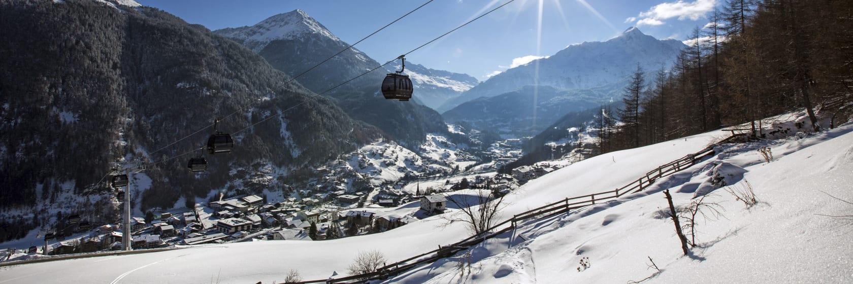 Skilift i bjergene med sne og blå himmel i Østrig