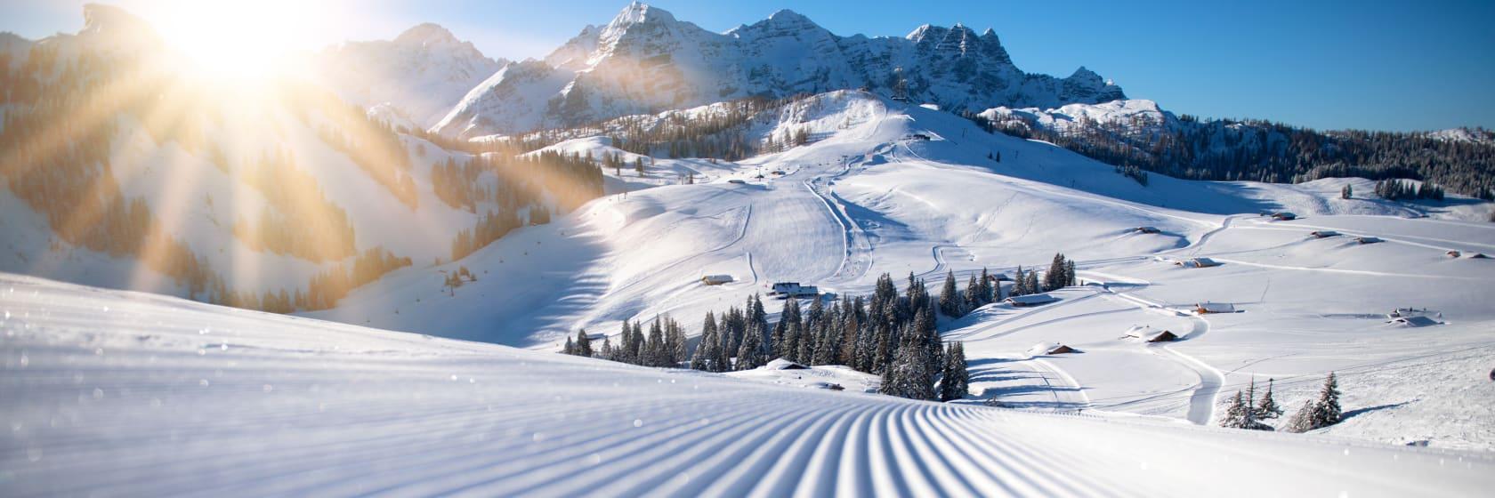 Sne med riller i bjerge med blå himmel og solskin i Østrig