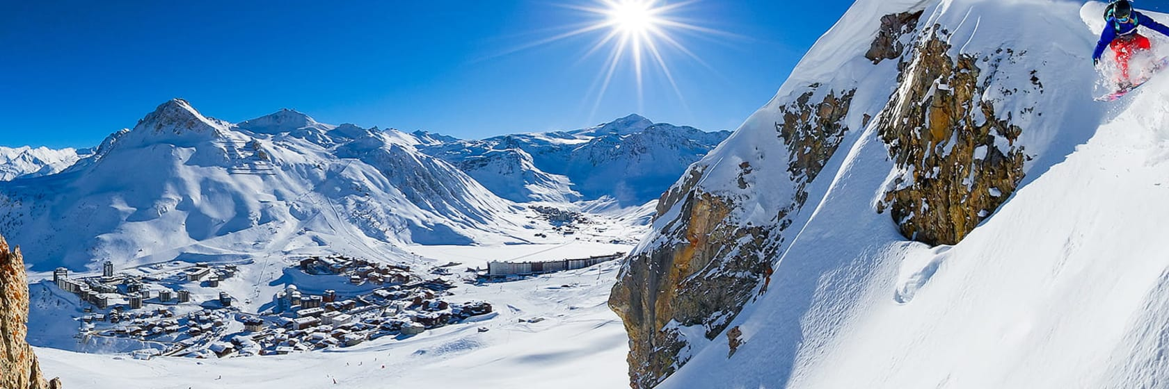 Snefyldte bjerge med blå himmel og solskin på skiferie til Frankrig
