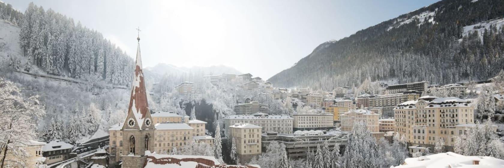 Hoteller med sne på taget i bjergene ved Sestriere