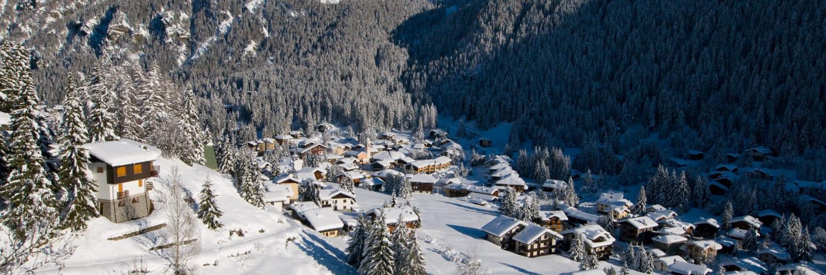 Landsby i bjergene med blå himmel i Italien