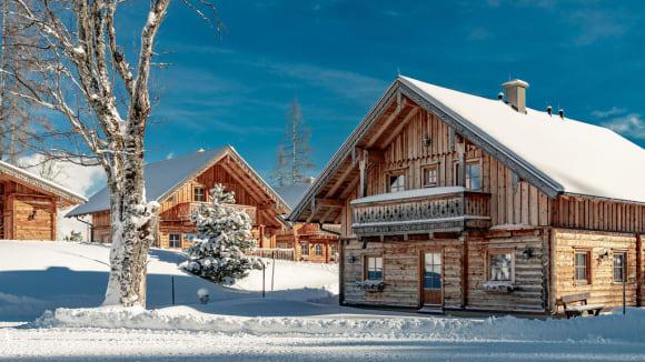 Skihytte med sne på taget i Schladmin