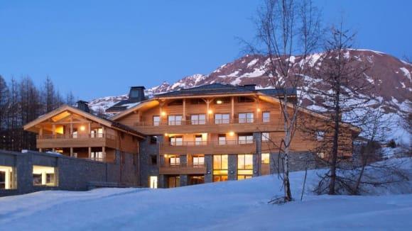 Hotel i bjerge med sne i Alpe d Huez