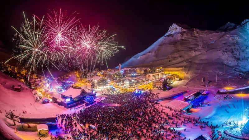 Nytårsfest med mange mennesker på snetorvet i Val d Isère