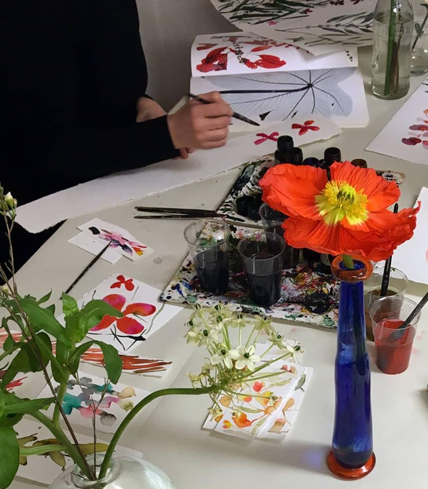 Tuschmåleri med blomfokus