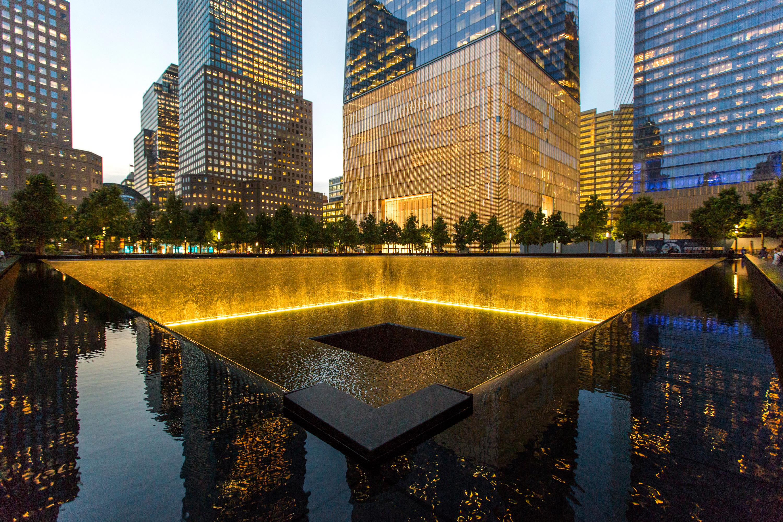 Memorial a las víctimas del 11S iluminado