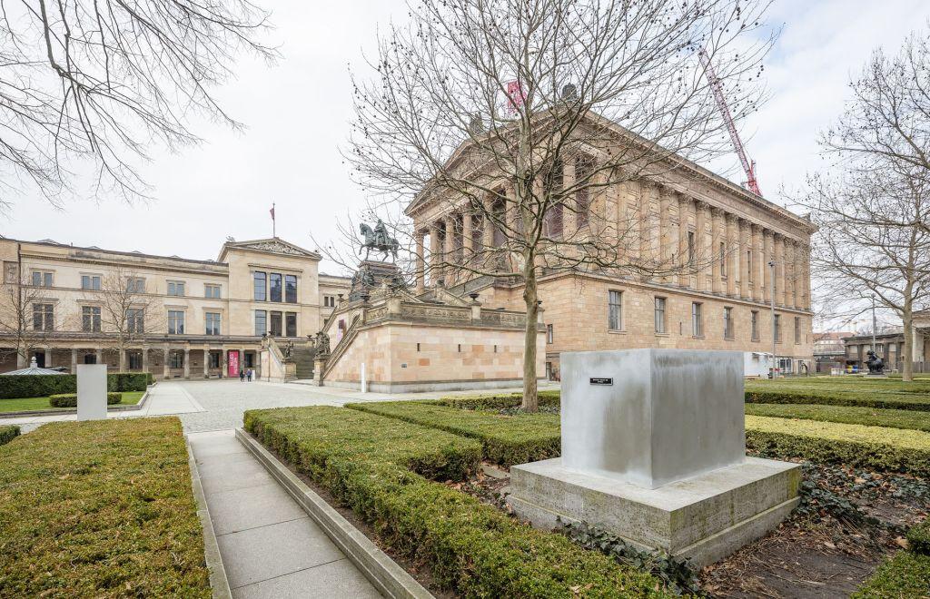 Jenny Holzer – Jenny Holzer im Kolonnadenhof der Alten Nationalgalerie