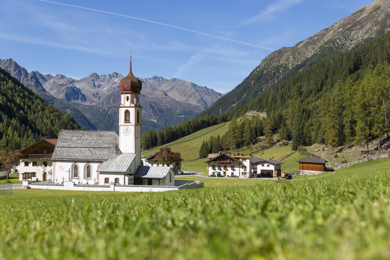 Dorp met kerkje in het Ötztal