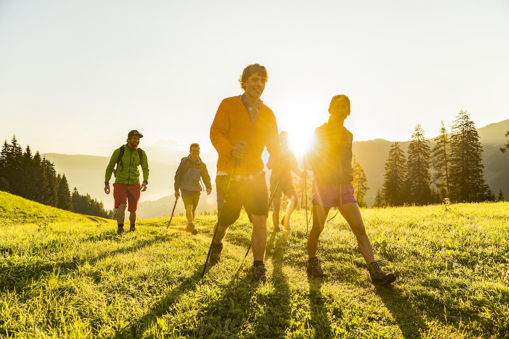 Wandelen in de zon door de bergen