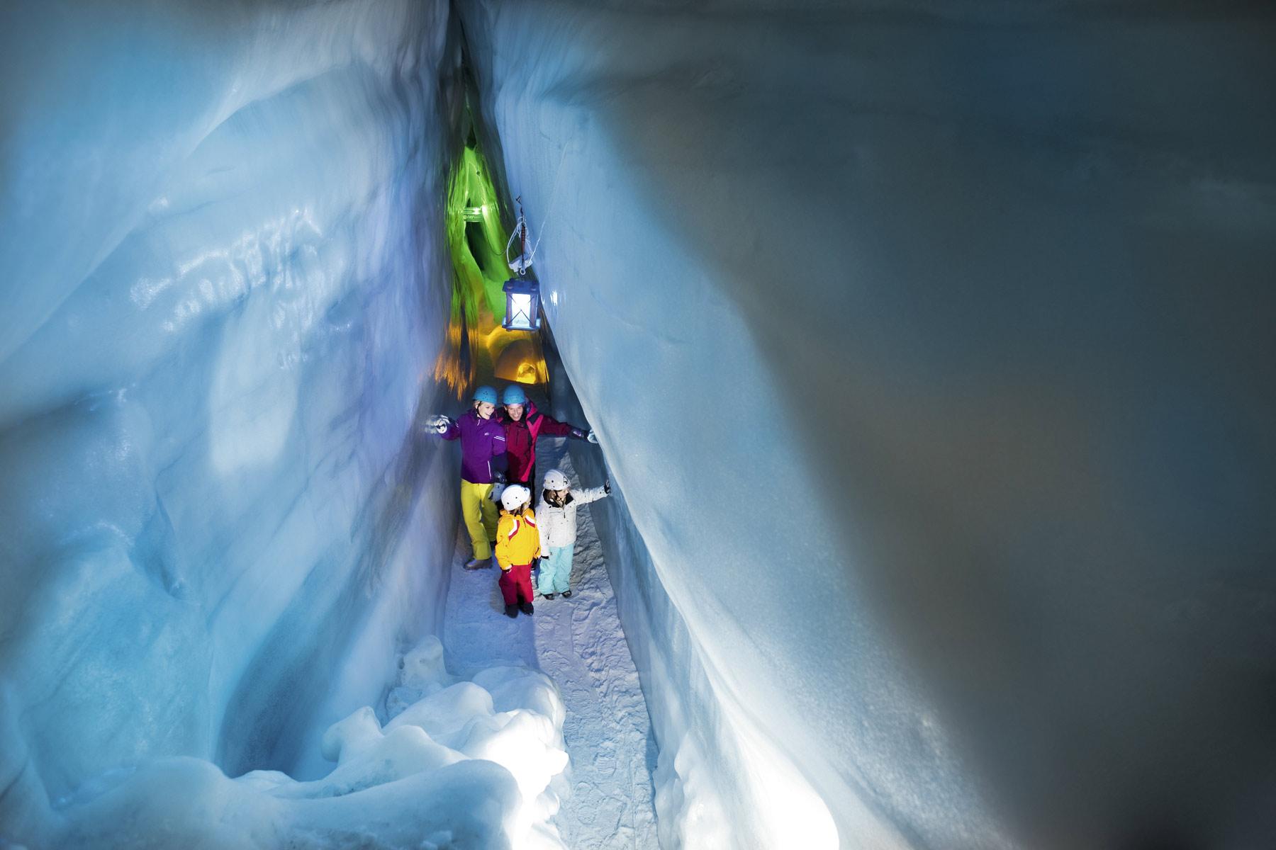 Wandelen door de IJsgrot op de Hintertuxer Gletscher