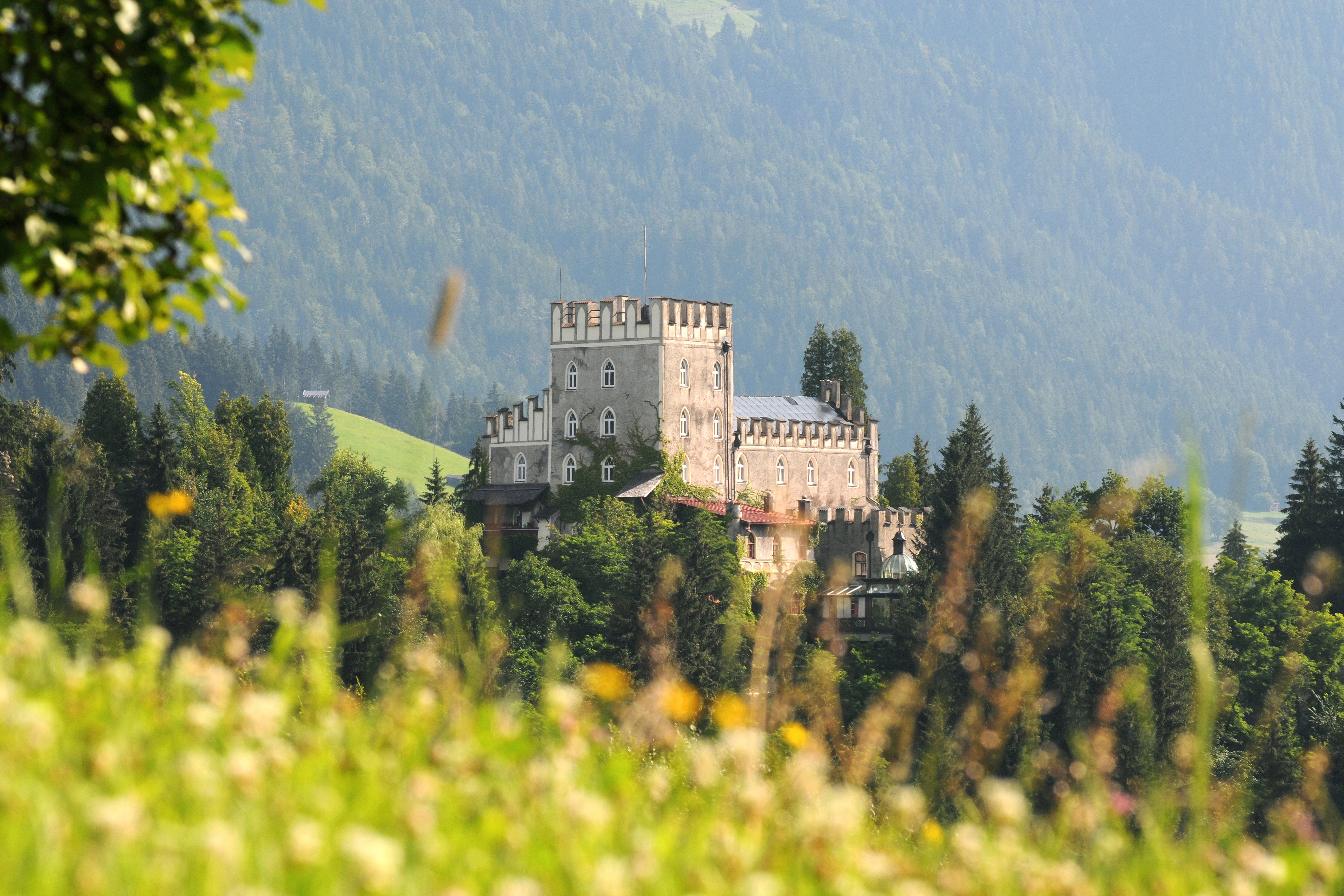 Schloss Itter'><br><i>Schloss Itter (Foto: © Stefan Astner)</i></p>  <h2>Tips in Itter</h2> <p> - Aan de rand van Itter, aan de Brixentaler Straße, ligt Terrassencamping Schlossberg Itter. De camping is tegen de berg opgebouwd en biedt uitzichten op de omringende bergwereld en Schloss Itter. Er is een zwembad, saunacomplex en restaurant met terras aanwezig.<br> - Tijdens een vakantie in Itter kun je de <a href=