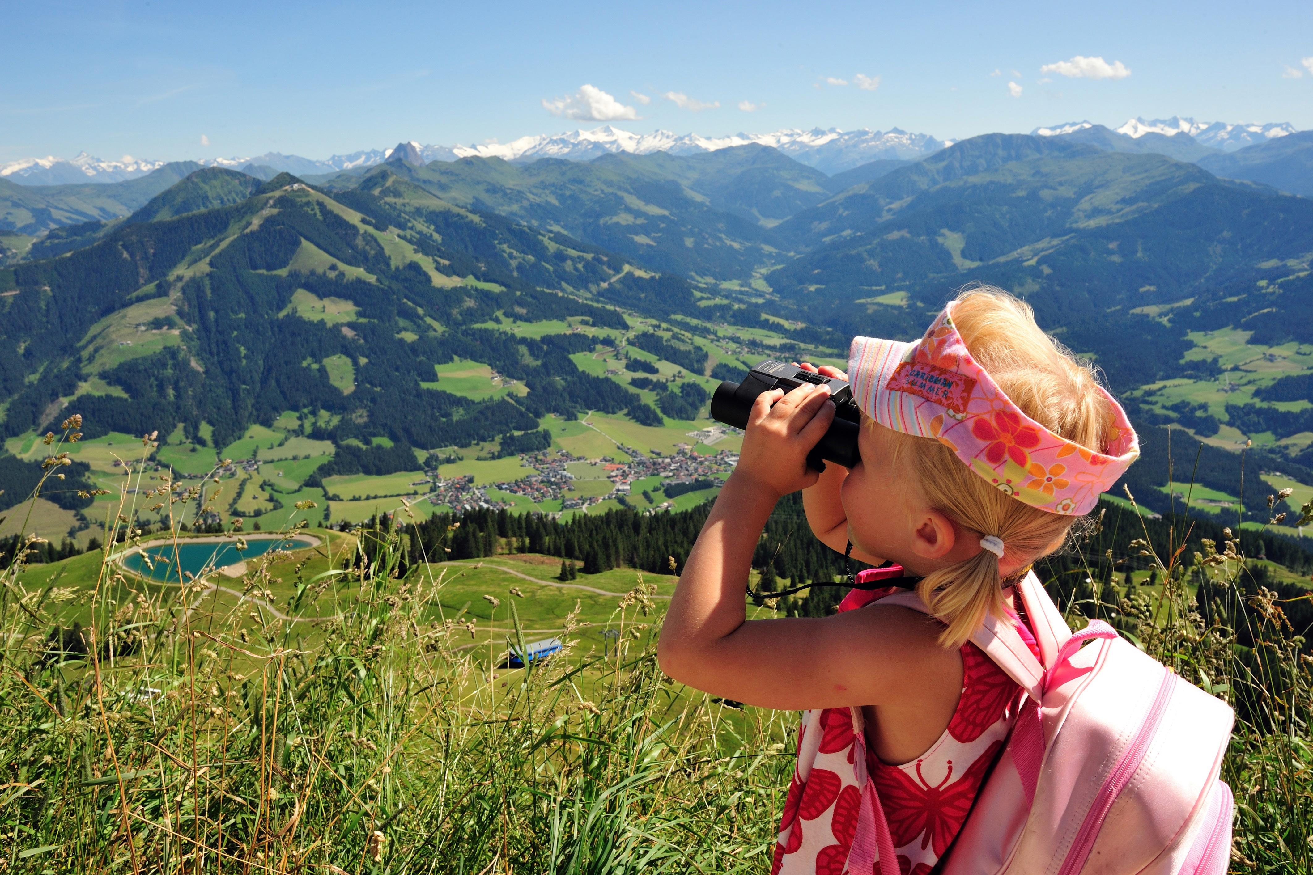 Een kind dat geniet van het uitzicht vanaf de Hohe Salve