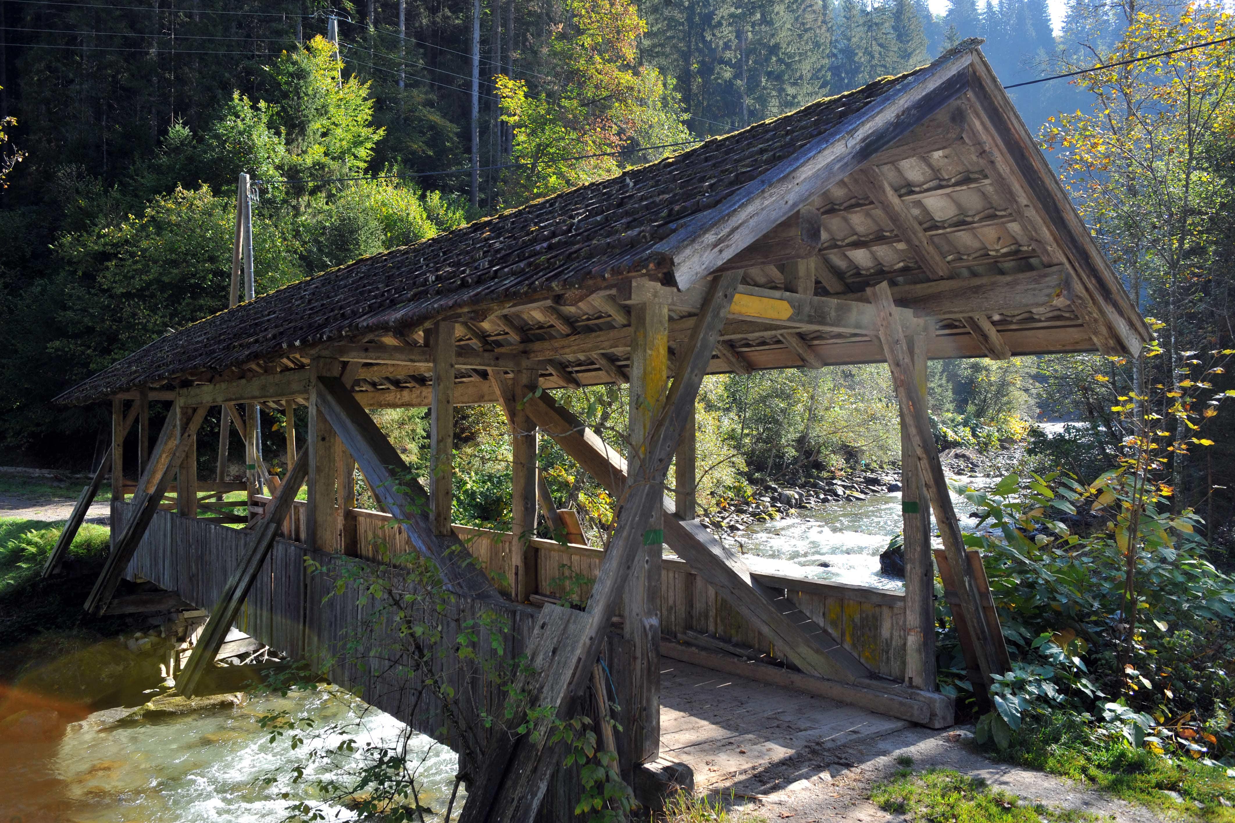 Een oud bruggetje over de rivier in Kelchsau