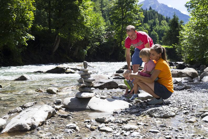Familie bij de rivier