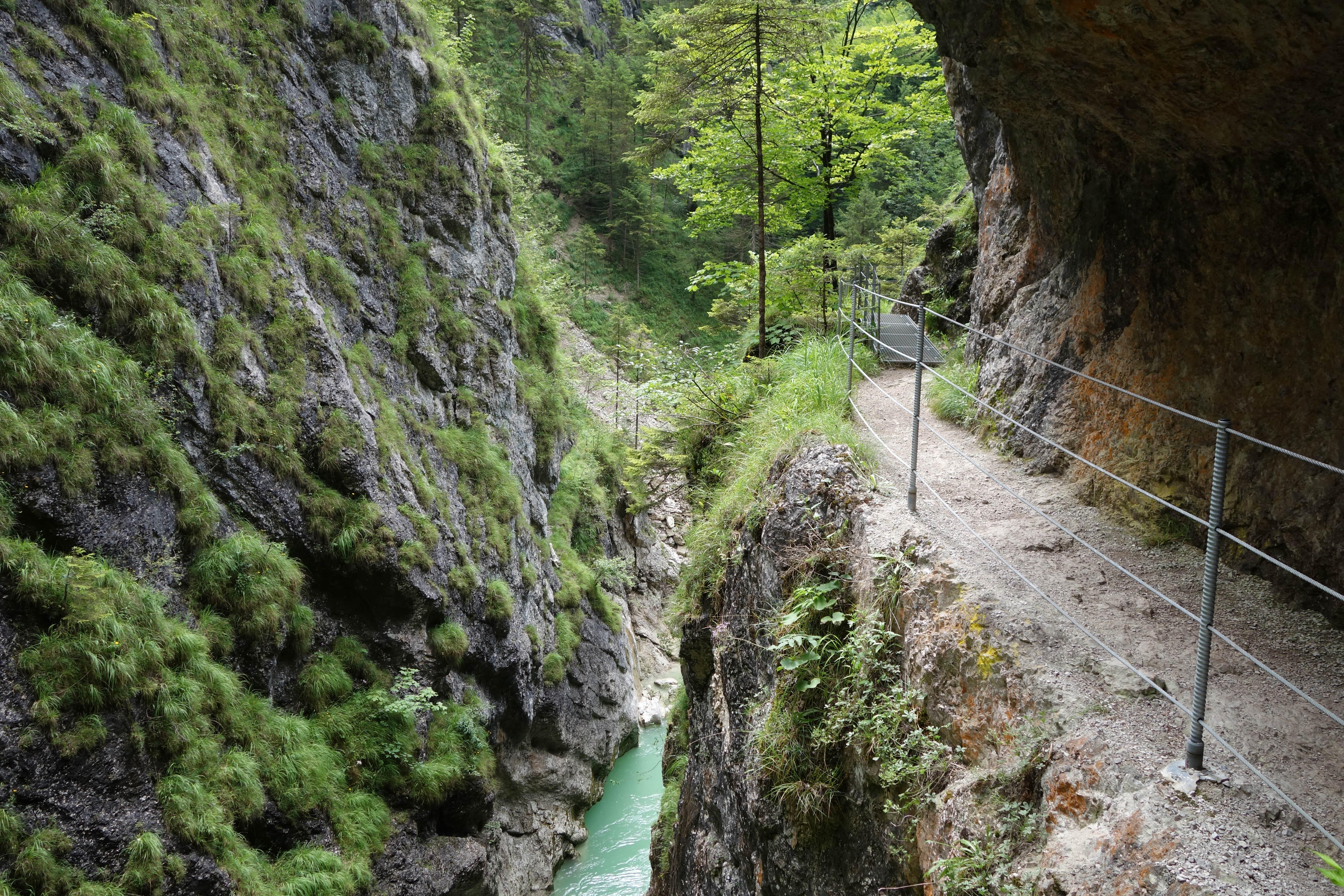 Wandelen door een kloof in het Alpbachtal
