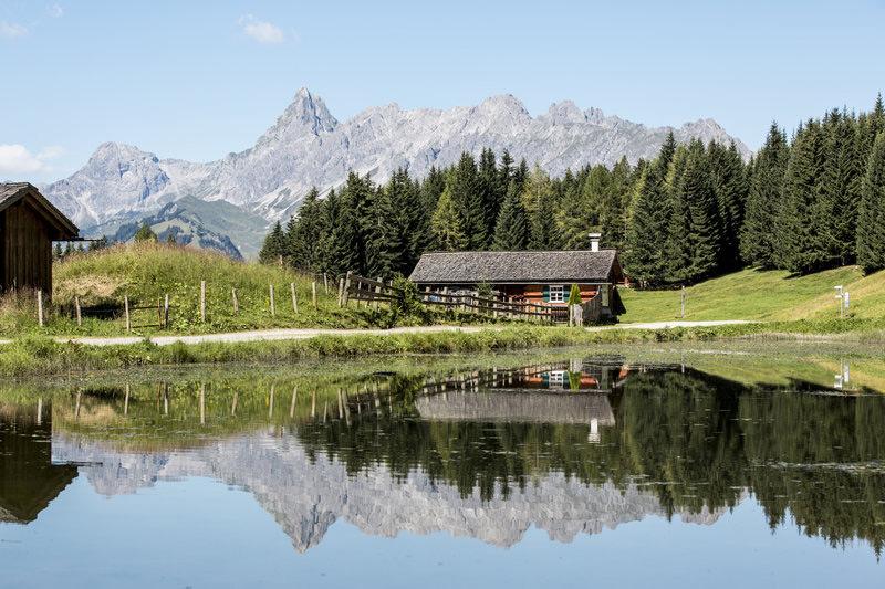Berghut en een meer in het Montafon