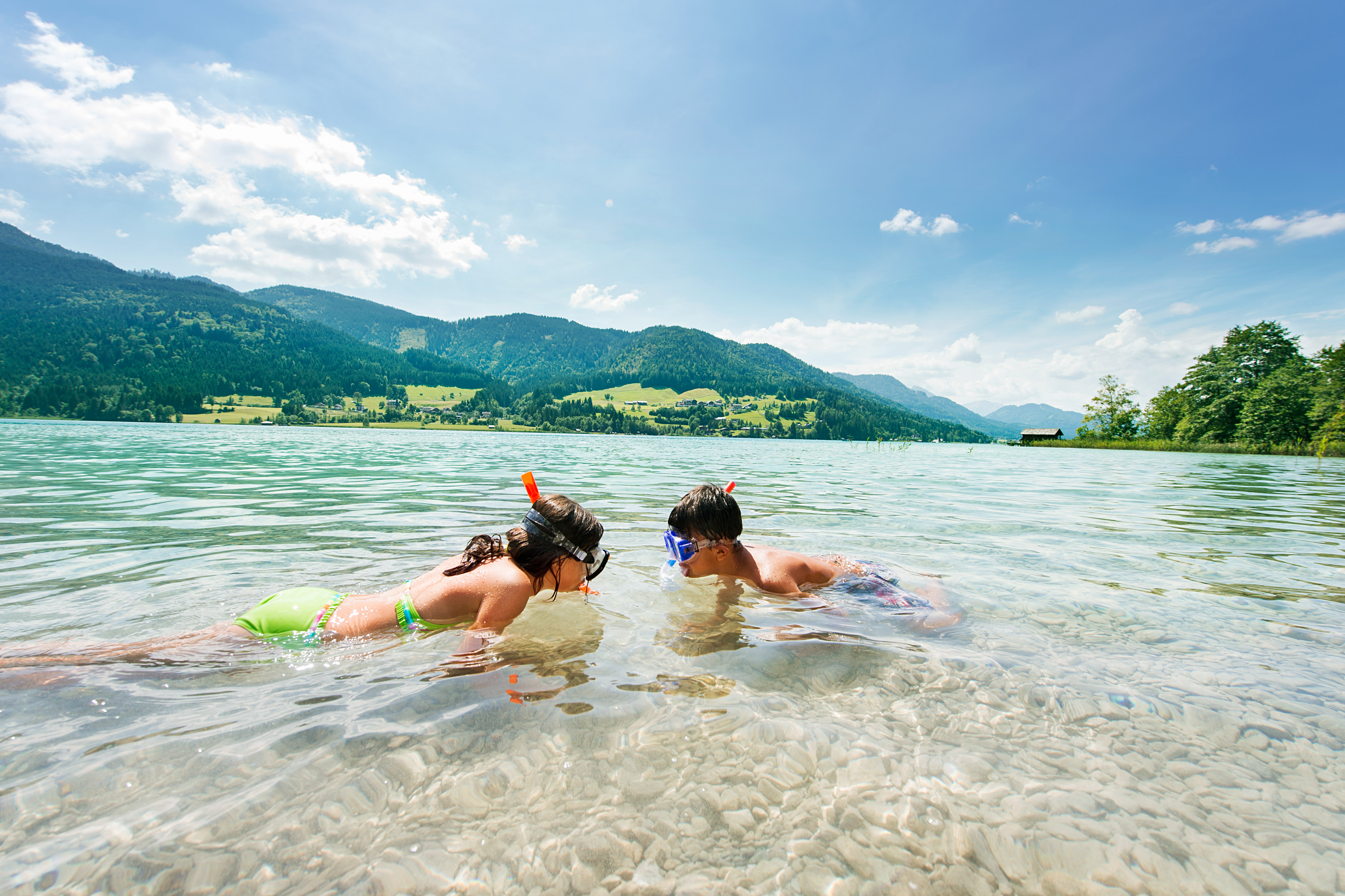 Kinderen duiken in de Weissensee