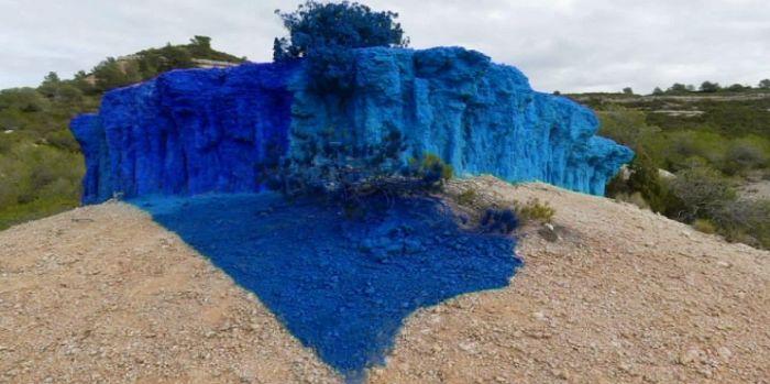 Recouvrir une falaise de peinture bleue :