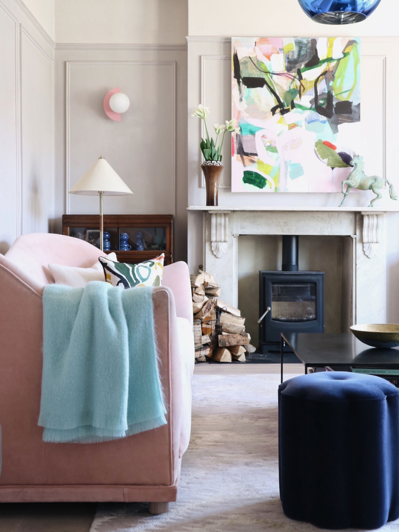 A living room with pink, blue and mint colours.